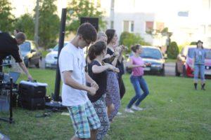 taniec na trawie